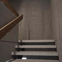 Treppe: Offene Treppe aus Beton mit Handlauf aus Holz (aus Kunststein und Holz)