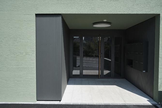 Eingangsbereich:  (aus Metall und Putz)