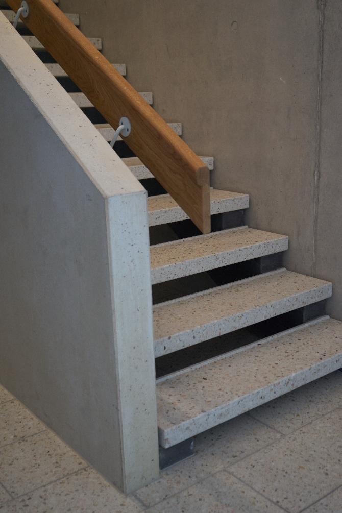 Detail nach Titel: Befestigung Handlauf mit Metalllasche an Betonbrüstung (aus Beton und Holz)