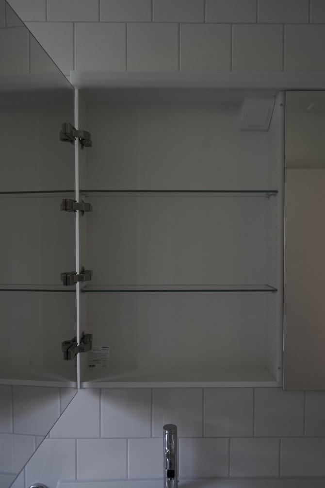 Detail nach Titel: Eingelassener Spiegelschrank