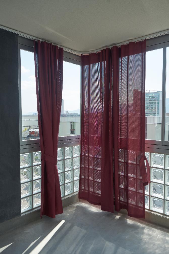 Aussenraum: Loggia mit derf Verglasung und den farbigen Vorhängen