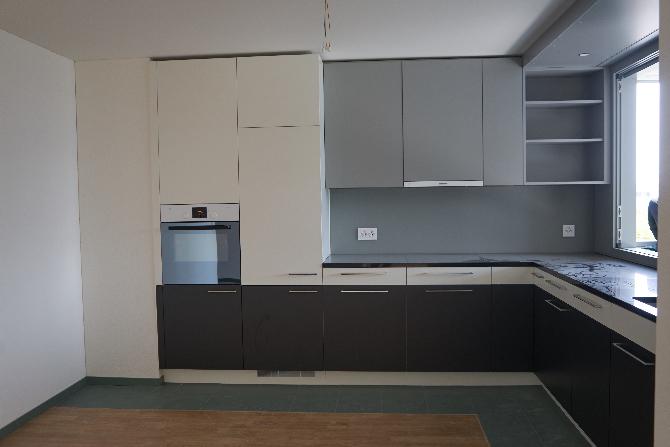 Küche: Küche 4.5 Zimmerwohnung  mit Durchreiche zur Loggia