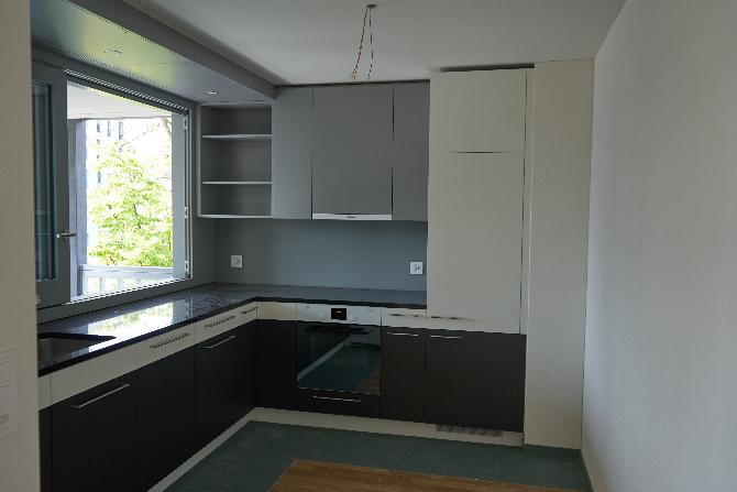 Küche: Küche 2.5 Zimmerwohnung mit Durchreiche zur Loggia