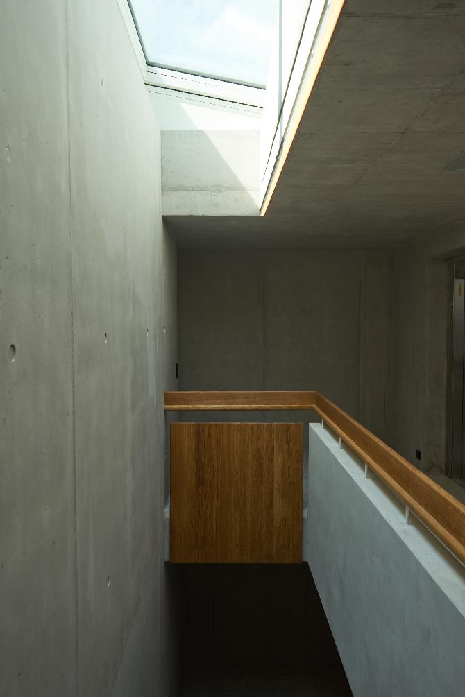 Erschliessung: Treppenhaus im Dachgeschoss mit Holzbrüstung und Oberlicht