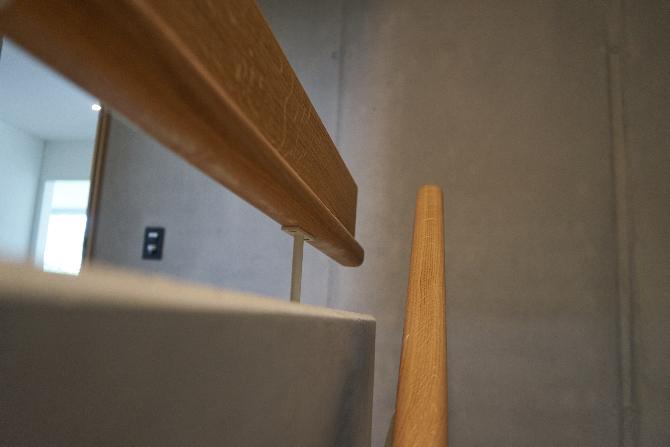 Detail nach Titel: Handlauf aus Holz mit Metall auf Beton montiert (aus Holz und Metall)