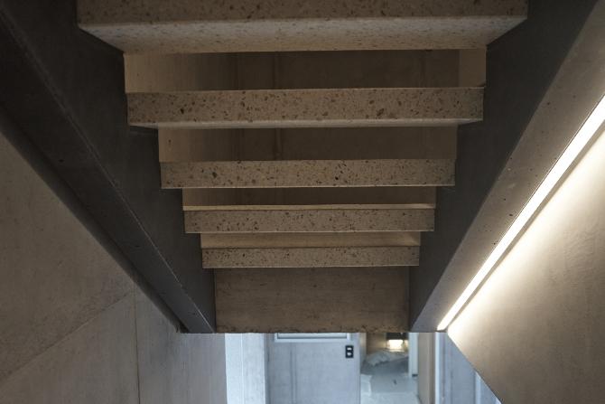 Treppe: Die offene Treppe von unten, rechts mit eingebauten Lichtleiste (aus Beton)