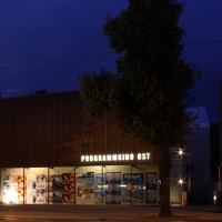 Fassade: Bei Nacht