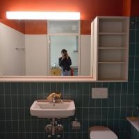 Sanitär: Farbige Fliesen und farbige Horizont sowie Spiegelschrank (aus Keramik)