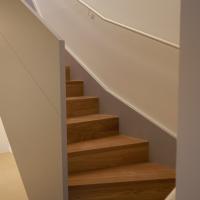 Wohnen: Wohnungsinterne Treppe aus Holz