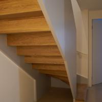 Wohnen: Treppe von unten mit Antritt ohne Brüstung