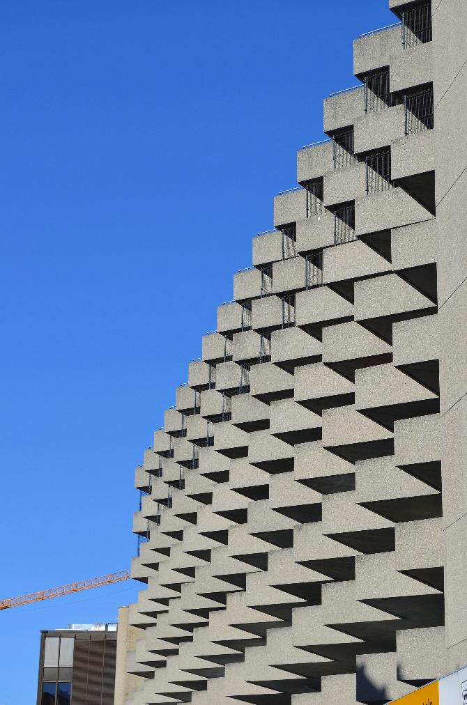 Fassade: Fassade mit eckigen Erkern (aus Beton)