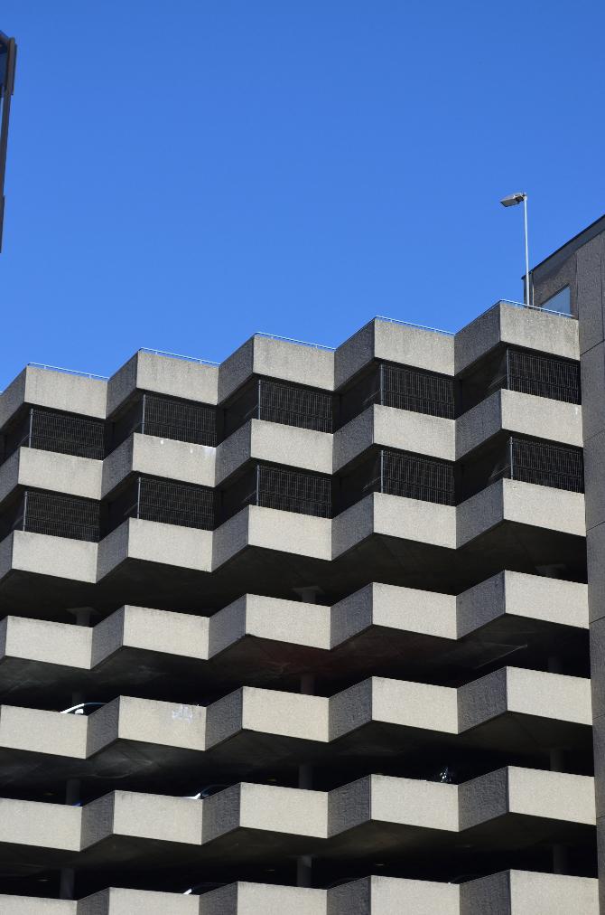 Fassade: Parkhaus mit der zackigen Fassade (aus Beton)