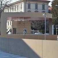 Aussenraum: Zugang zu den Parkhäusern mit runden Dach (aus Beton und Metall)