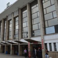 Eingangsbereich: Der Vorplatz und Fassade des Bahnhof (aus Beton)