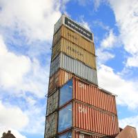 Der Turm aus aufgestapelten Industiecontainern