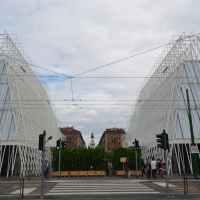 Die zwei pyramidenähnlichen Pavillions