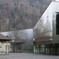 Eingangsbereich zum neuen Kongresszentrum in dem sich der Kursaal spiegelt