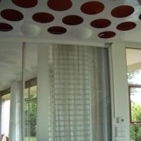 Decke: Decke mit roten Löchern