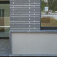 Fassade:  (aus Putz und Keramik)