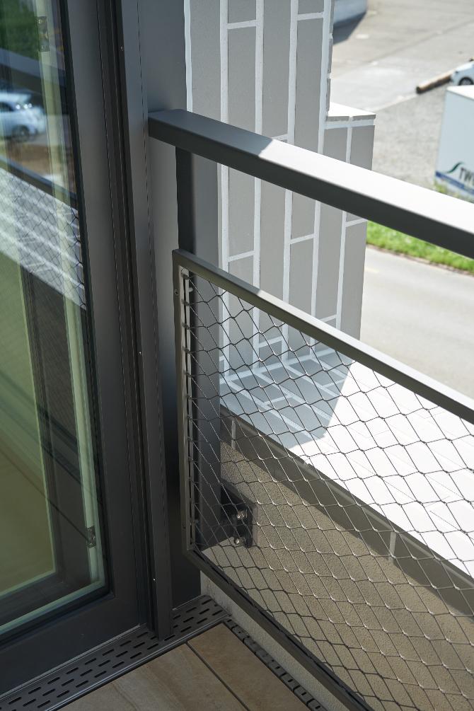 Geländer: Detail Metallgeländer mit Streckgitter und Brüstung Loggia (aus Metall)