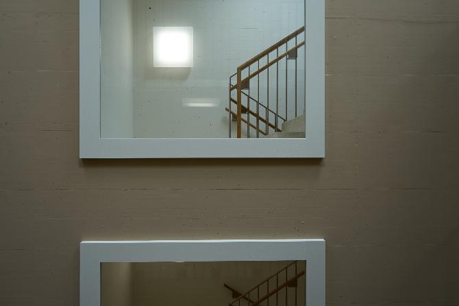 Fenster: Seperates Fluchttreppenhaus mit Fenster (aus Beton)