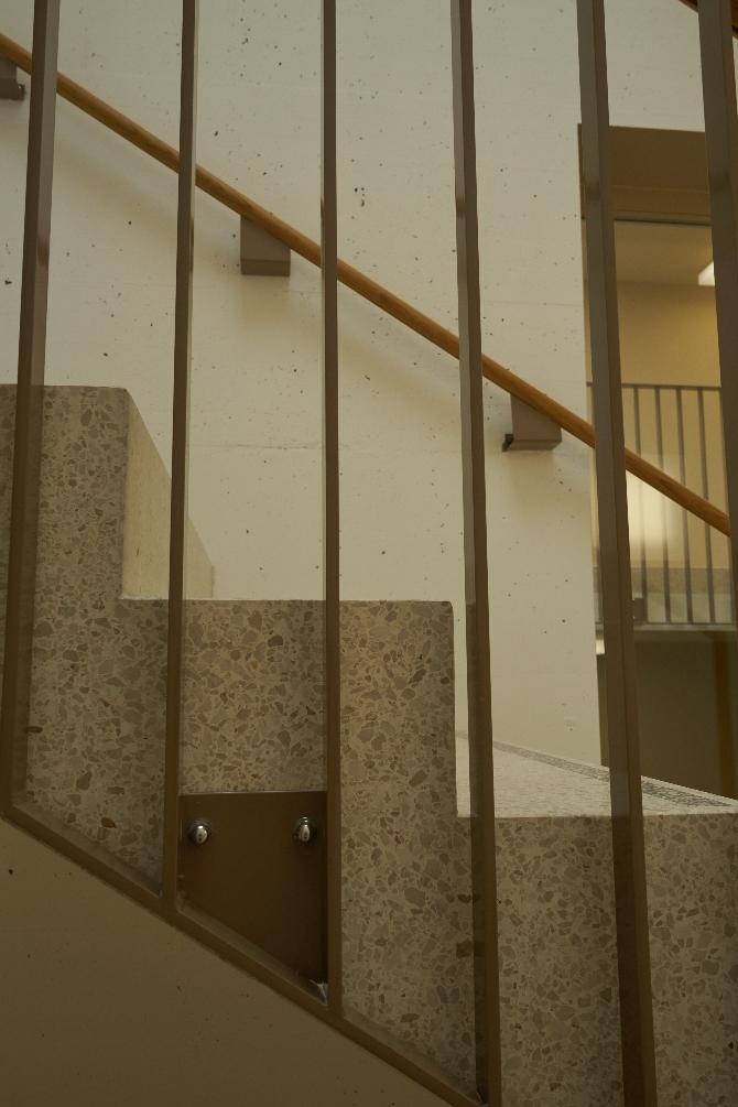 Geländer: Befestigung der Staketengeländer und des Handlaufes (aus Kunststein und Metall)