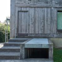 Geländer: Betontreppe mit minimalistischen Geländer (aus Beton und Metall)