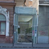 Eingangsbereich: Eingang in der Fuge zwischen den zwei Gebäuden (aus Glas)