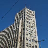 Die Spitze des Gebäudes mit dem Turm