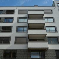 Fassade: Fries mit Plättli um Fenster und Balkonbrüstungen (aus Putz und Keramik)