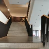 Erschliessung: Treppe mit überkreuzenden Läufen auf dem Podest (aus Kunststein)