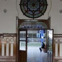 Türe: Orientalisch geschmückte Doppeltür als Durchgang zum Perron (aus Naturstein)