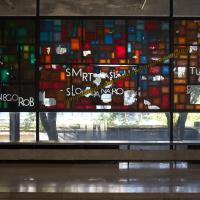 Einbauten: Glasfries eines unbekannten Künstlers (aus Glas)