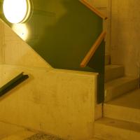 Geländer: Das Treppenhaus mit grünen Handlauf aus Stahl (aus Metall)