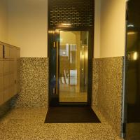 Eingangsbereich: Vorraum mit den Briefkästen und zum Veloraum (aus Kunststein)