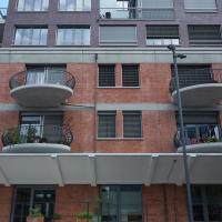 Fassade: Die Aufstockung mit den neuen Balkon (aus Mauerwerk und Keramik)