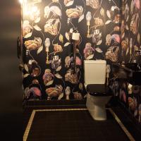 Sanitär: Florales WC mit Plättlifries (aus Keramik)