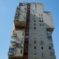 Fassade: Die Hochhäuser mit den grossen Auskragungen (aus Putz)