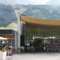 Die Fassade mit dem gewölbten Dach