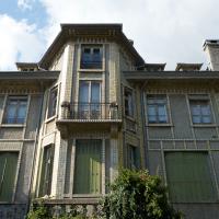 Fassade: Die Fassade mit den Keramikfries (aus Putz und Keramik)