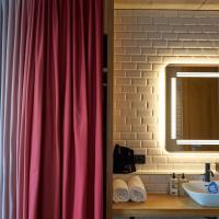 Einbauten: Schöne Kombination Waschbecken und Keramik sowie dem Vorhang (aus Keramik und Textil)