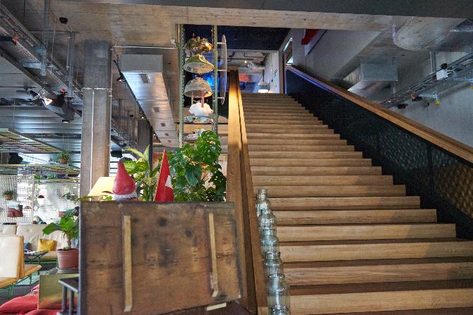 Erschliessung: Eine grosse Treppe zur Lounge und den halböffentlichen Räumen
