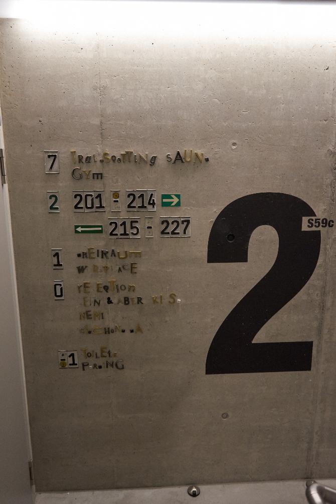 Detail nach Titel: Beschriftung im Treppenhaus