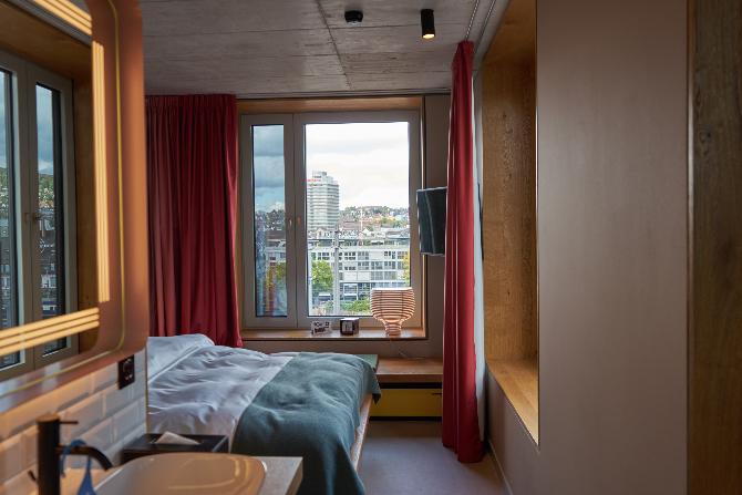 Schlafen: Ein kleines Hotelzimmer