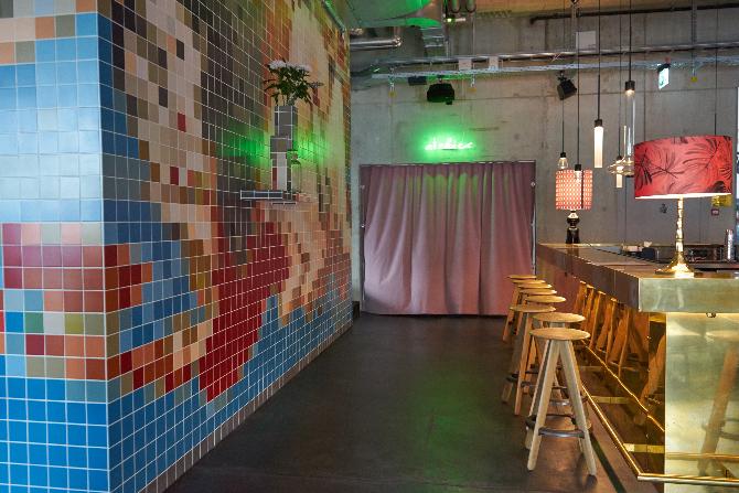 Einbauten: Die Mosaikwand zur Trennung zwischen Wohnzimmer und Bar (aus Keramik)