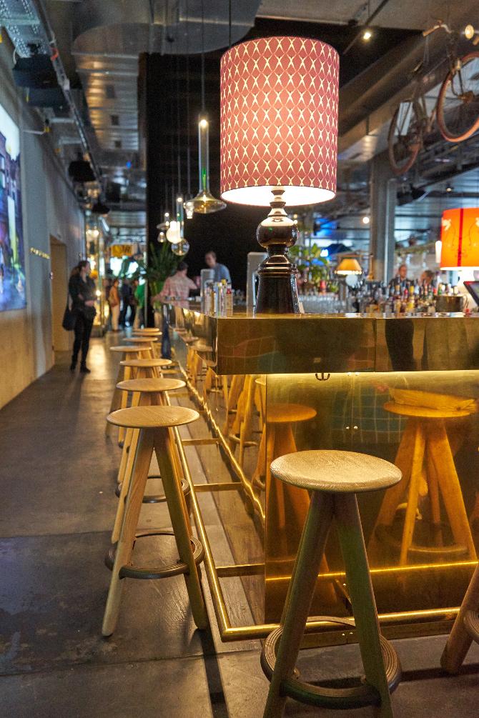 Einbauten: Die goldene Bar (aus Metall)