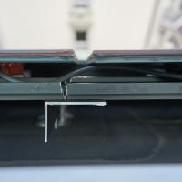 Dach: Blick hinter die Solarpanelle (aus Glas)