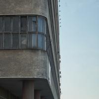 Fassade: Die abgerundeten Ecken und Fensterbänder (aus Putz)