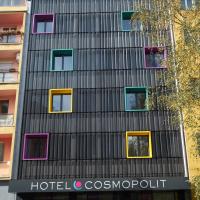 Fassade: Frische Fassade des Hotels mit tiefen Rahmen