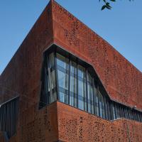 Fassade: Cortenstahlfassade mit grossen Freiformfenstern (aus Metall)